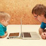 crianca-e-seu-pai-utilizando-computadores-foto-nadezhda1906shutterstock-0000000000000027
