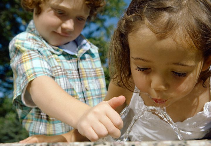 rais-data-saude-agua-pura-voce-sabe-o-que-bebe.jpg