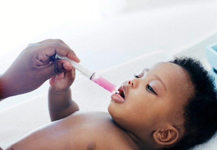 rais-data-saude-crianca-tomando-remedio-com-seringa