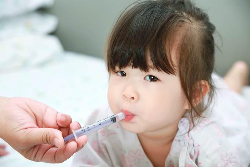 rais-data-saude-crianca-tomando-remedio-com-seringa-no-lado-da-boca