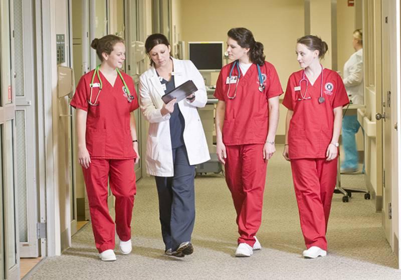 rais-data-saude-dia-enfermagem-enfermeiras-no-hospital