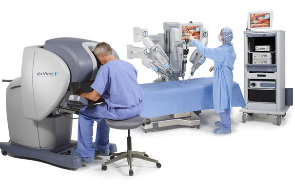 O da Vinci consiste em um robô controlado por um médico à longa distância.