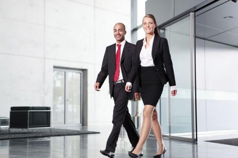 Caminhadas leves podem ajudar a combater o mal que faz passar longos períodos sentado.