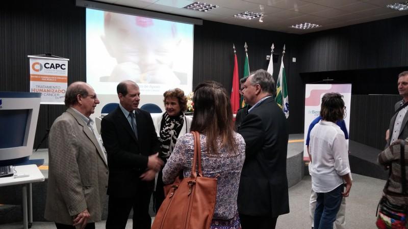 A cerimônia contou com várias autoridades da cidade e do setor de saúde.