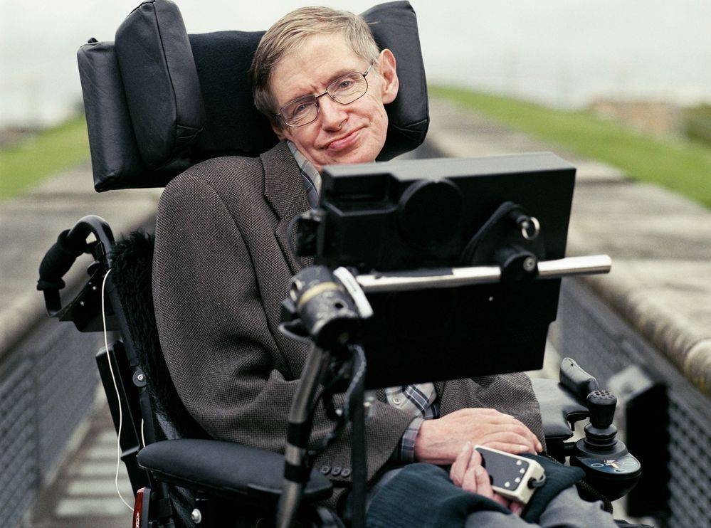 Stephen Hawking é um físico muito famoso que desenvolveu várias teorias como a do BigBang, Buracos Negros e outras.