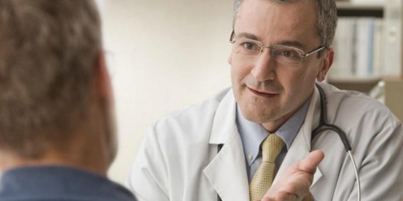 A doença não existe cura, mas os sintomas podem ser amenizados e até mesmo retardados.