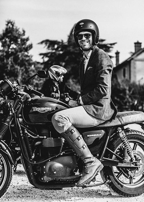 """O evento foi inspirado em uma foto do """"Mad Man's"""" Don Draper sentado em uma motocicleta clássica e vestindo seu terno mais fino."""