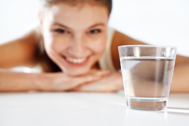 Beber água estimula a produção de saliva e mantém a boca úmida.