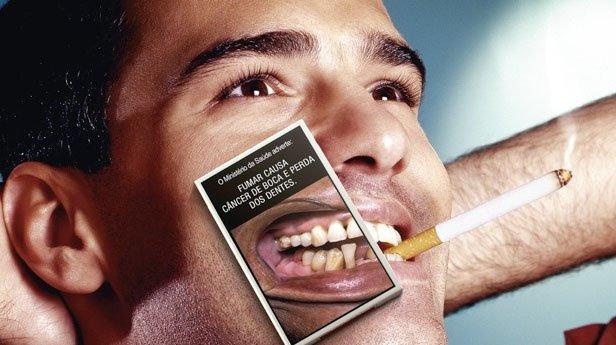 Fumar, além de todos os outros males que causa a sua saúde, ainda denifica seus dentes e acaba com sua saúde bucal.